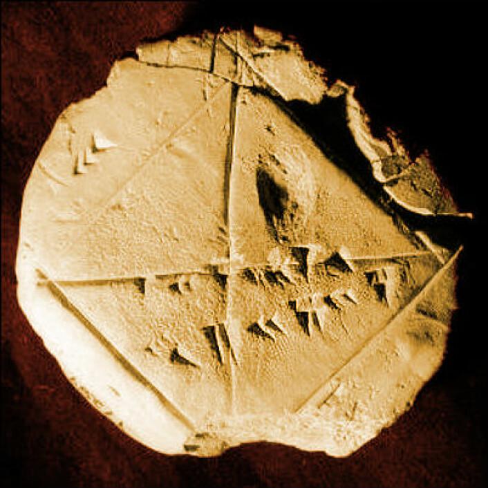 Den babylonske steinen YBC 7289 er fra ca. 1800-1600 f.Kr, og viser hvordan babylonerne regnet ut diagonalen i en likesidet firkant til kvadratroten av to. (Foto: Bill Casselman, Creative Commons, se lisens, fargelagt av forskning.no)