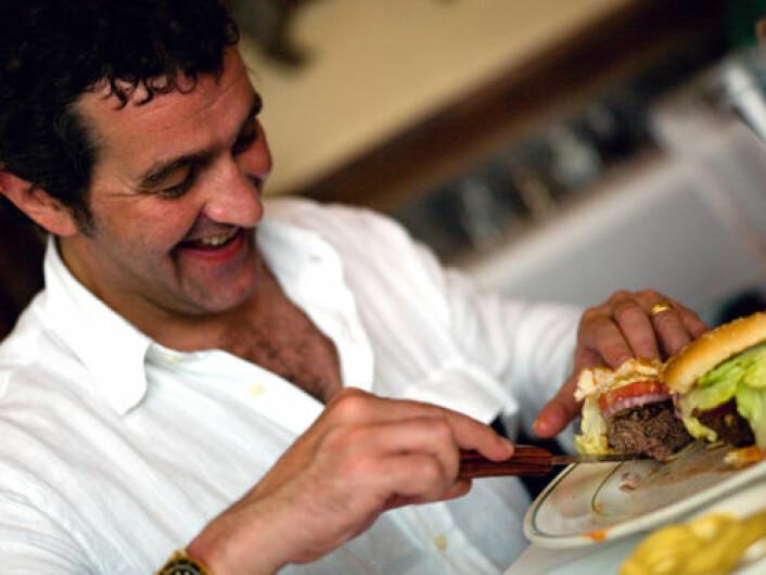 Kjøtt og meieriprodukter inneholder en vanlig fettsyre som kan lure hjerne til å spise mer enn du trenger. - Dersom folk spiser en diett med mye mettet fett kan det tenkes at de ikke vet når de skal slutte å spise, sier førstemanuensis Deborah J. Clegg ved University of Texas. (Foto: iStockphoto)