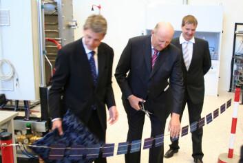 Kong Harald klipper solcellesnora, og erklærer laboratoriet på IFE for åpnet. Dette solcellelaboratoriet er Norges største. (Foto: Andreas R. Graven)