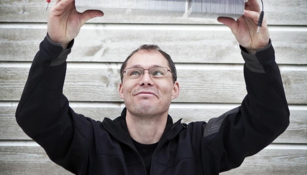 Jan Kåre Bording viser fram den nye varmepumpa. Nyvinningen er mykje meir miljøvennleg enn dei som er i bruk i dag. (Foto: Elisabeth Tønnessen)