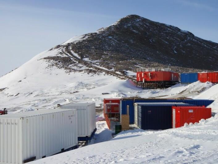 Det er mange containere med utstyr på den norske utposten i Antarktis, og det er ingen tvil om hvilke land de kommer fra. (Foto: Lars H. Smedsrud)
