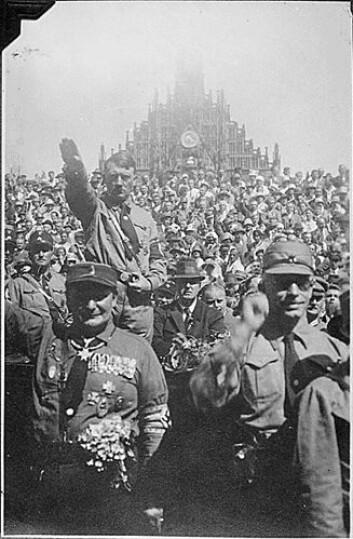 Totalitære ideologier som nazismen og stalinismen kan bare oppstå i moderne samfunn, ifølge professor Hans-Jørgen Schanz. Her sees en marsj fra 1941. (Foto: Wikimedia Commons)