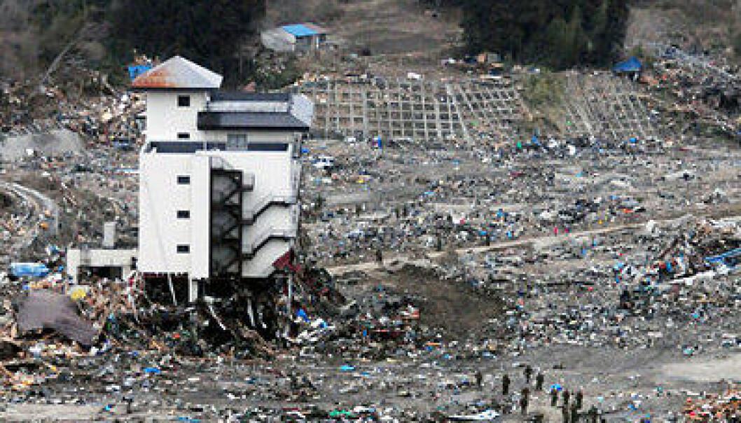Et japansk letemannskap søker gjennom ruiner i Wakuya 15. mars. Jordskjelvet og tsunamien lot ikke mye stå igjen. (Foto: U. S. Navy/Alexander Tidd)