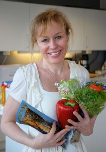 Seniorforsker Annechen Bugge ved SIFO skrev doktorgraden sin om nordmenns middagsvaner. Nå vil hun forske på hvordan man får nordmenn til å spise mer fisk og grønt.