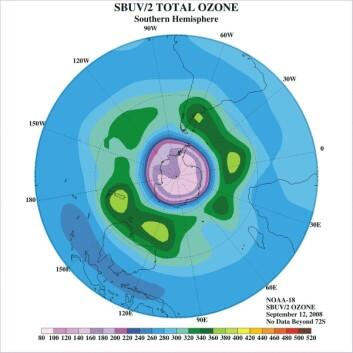 Denne figuren viser hvor ozonlaget er tynnest på den sørlige halvkule. Det lys lilla feltet over Sørpolen indikerer hvor ozonlaget er aller tynnest. (Illustrasjon: NOAA)