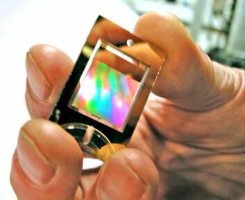 """""""Liten, smart og vakker. Denne gullbelagte, holografiske brikken er selve nøkkelen som åpner mulighetene for å skille ulike substanser fra hverandre. Foto: Are Wormnes"""""""