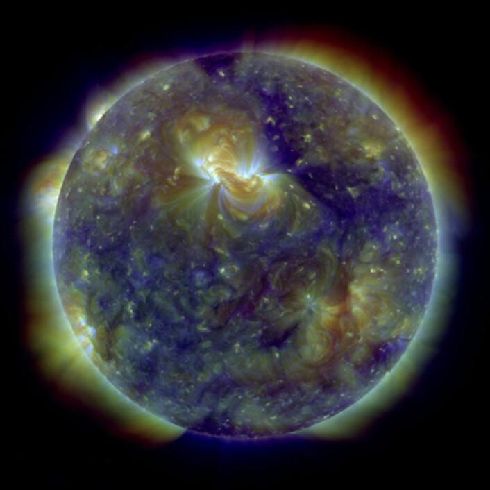 Bilde av sola tatt med Solar Dynamics Observatory. Bildet ble også brukt som forsidebilde i tidsskriftet Science 7.januar 2011. Farger representerer gass med forskjellig temperatur: 800.000 grader (blå), 1.3 millioner grader (grønn) og 2 millioner grader (rød). (Foto: NASA)