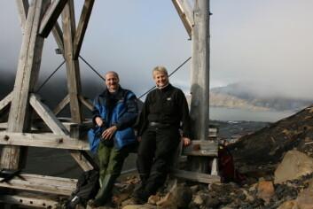 Johan Mattsson og Anne-Cathrine Flyen ved en taubanebukk ved den fredete Gruve 2b i Longyearbyen. (Foto: Anne-Cathrine Flyen)