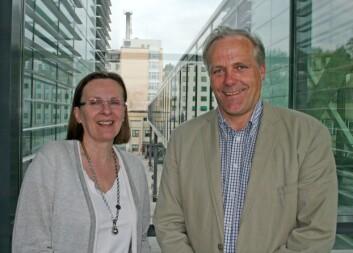 """Ragnhild A. Lothe og Sigbjørn Smeland foran """"Translasjonsbrua"""" som de ofte bruker for å komme seg mellom sykehuset og forskningsbygget. Foto: Elin Fugelsnes"""