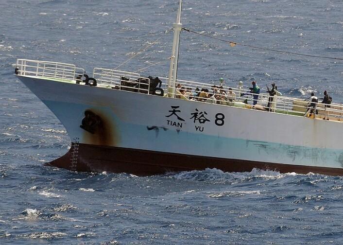 """""""Somaliske pirater ombord på det kinesiske fiskefatøyet Tian Yu i november i fjor. (Kilde: Wikimedia Commons)"""""""