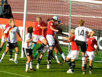 I 2006 omhandlet bare 4 prosent av fotballdekningen på NRK kvinnefotball, ifølge Gerd von der Lippe. (Her Norge-Tyskland i UEFA Euro 2009) (Foto: Gargoyle/Wikimedia Commons)