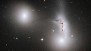 Galaksene NGC 7173 (til venstre), NCG 7174 (i midten til høyre) and NGC 7176 (nede til høyre). NCG 7174 var en gang en spiralgalakse, men blir revet i filler av sine kosmiske søsken. (Foto: NASA, ESA and R. Sharples (University of Durham, U.K))