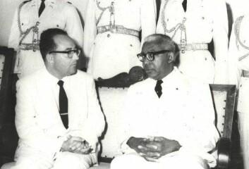 """Francois """"Papa Doc"""" Duvalier (t.h.) styrte Haiti eneveldig fra 1957 til 1971. Bilde fra 1963 med den israelske ambassadøren til venstre. (Foto: Wikimedia)"""