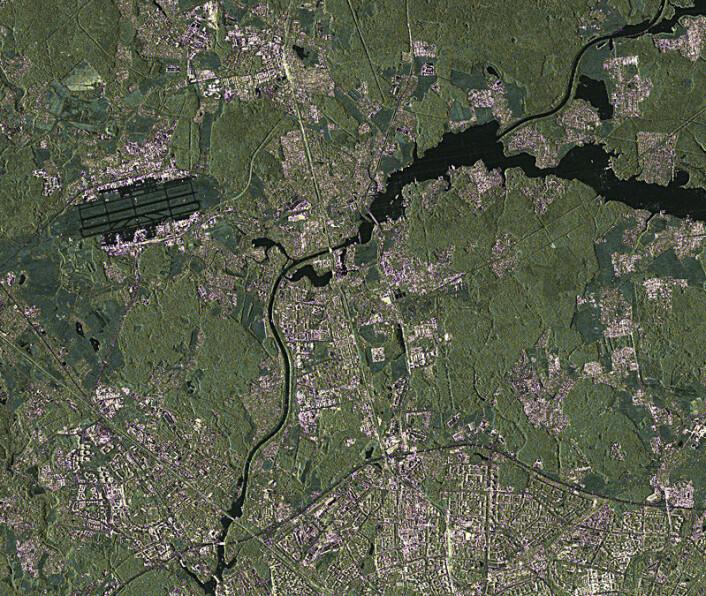 Moskva, sett med radarøyet til TanDEM-X fra 500 kilometers høyde. Øverst til venstre sees Sheremetjevo-flyplassen. Rullebanene virker svarte, fordi betongen reflekterer radarstrålene vekk fra satellitten. (Foto copyright: DLR)