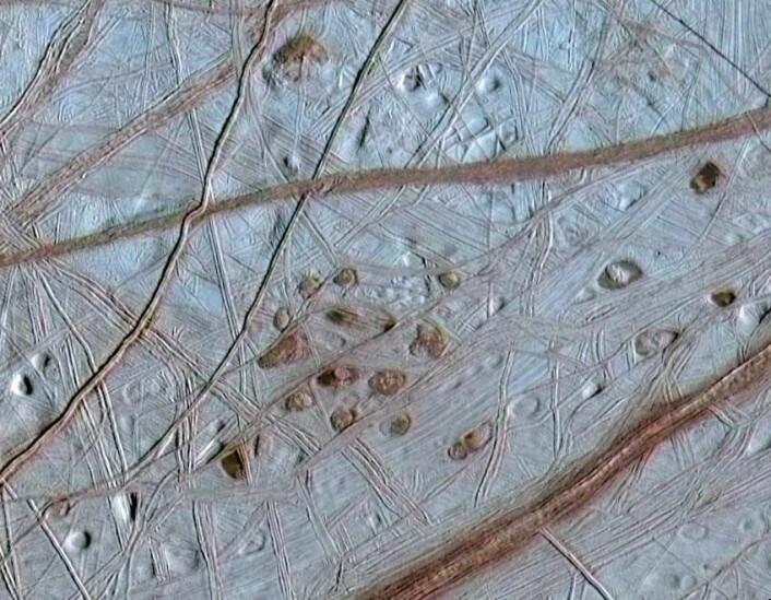 """""""Forskere tror det kan være liv i havet under Europas overflate. I tillegg tror de liv fra jorden kan kunne overleve der. (Foto: NASA)"""""""