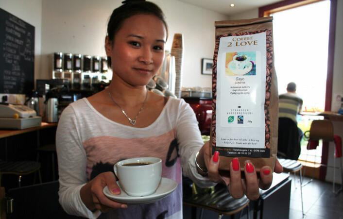 """""""CiCi Tran på kaffebaren Coffee 2 Love på Torshov i Oslo serverer Faitrade-merket kaffe til kundene. (Foto: Asle Rønning)"""""""