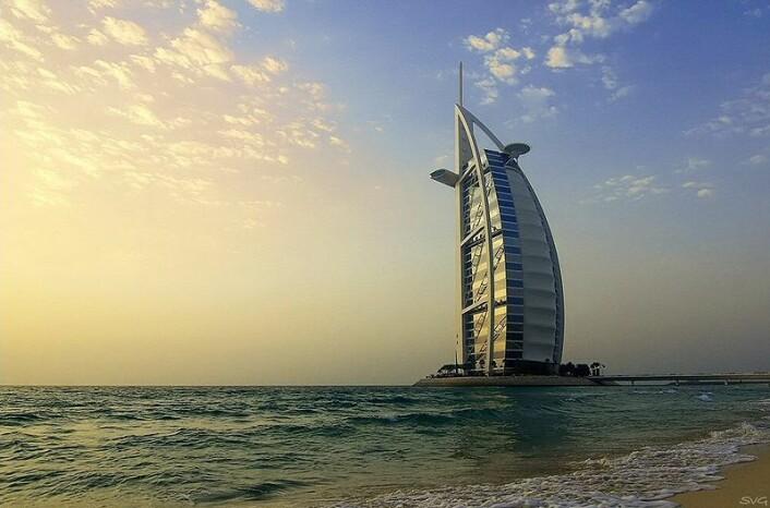 """""""Burj al arab, eller seilet, har blitt et av symbolene på Dubais luksusturisme. (Kilde: Wikimedia Commons)"""""""