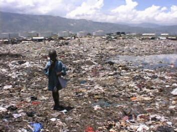 Barn på avfallsplass i Cité Soleil, Port-au-Prince. Bilde tatt i 2002. (Foto: Wikimedia Commons)