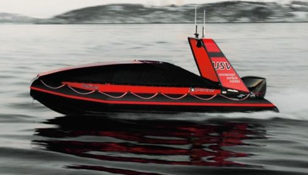 Denne båten har ingen fører. Den er heller ikke fjernstyrt. Likevel manøvrerer den trygt mellom andre fartøy. (Foto: Maritime Robotics)