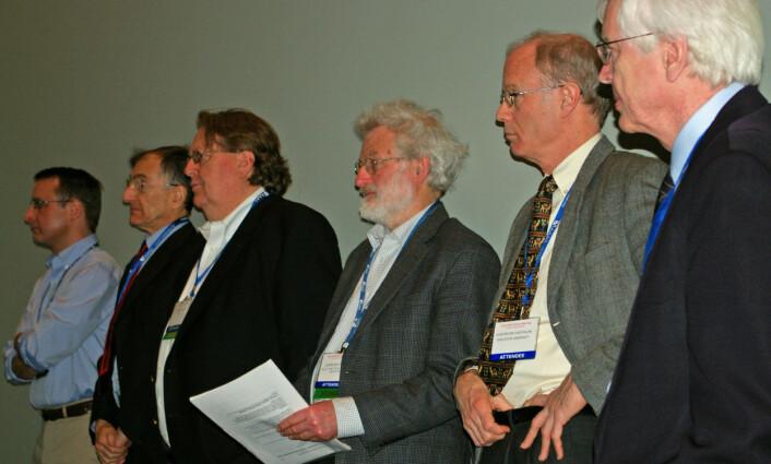 """""""Befolkningsforskere på rekke og rad. Fra venstre: Jonathan A. Foley, Joel E. Cohen, Jason Clay, John Sulston, John B. Casterline og John Bongaarts. (Foto: Bjørnar Kjensli)"""""""