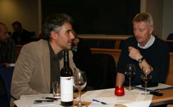 Historiker Steinar Aas og fotballegende Terje Skarsfjord diskuterer nordnorsk fotball under Historisk forenings rødvinsseminar.
