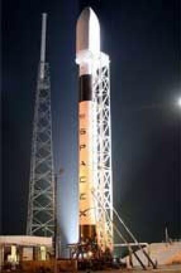 USA setter nå sin lit til kommersielle selskaper som SpaceX. Her er selskapets nye bærerakett Falcon 9 som skal få sin jomfrutur i år. (Foto: SpaceX)