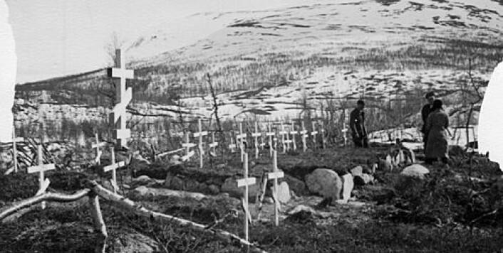 Gravsted for sovjetiske krigsfanger, Saltfjellet. (Foto: Leiv Kreybergs arkiv, Riksarkivet)