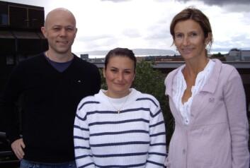 Stig Ove Bøe og Anne Simonsen på hver sin side av Pauline Isakson. Sistnevnte er doktorgradsstipendiat i Simonsen forskningsgruppe. (Foto: Nikolai Engedal)