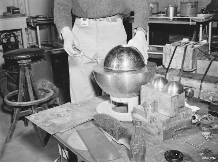 Fotografiet er fra en rekonstruksjon av eksperimentet med de to halvkulene av radioaktivt beryllium som kostet forskeren Louis Slotin livet. Personen på bildet holder skrujernet for å adskille halvkulene, slik Slotin gjorde 21. mai 1946. Men skrujernet glapp, og Slotin døde ni dager seinere. (Foto: US Department of Energy)