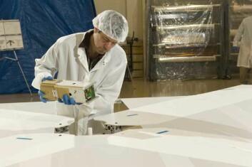Slik så den lille satellitten NanoSail-D ut før den satte kurs for sin bane rundt jorden. Tekniker Doug Huie ved University of Alabama i Huntsville, plasserer den på et spesiallaget uderlag for å utføre tester. (Foto: NASA/MSFC/D. Higginbotham)