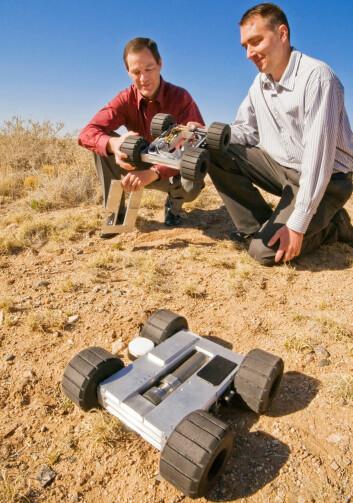 Jon Salton (t.v) og Steve Buerger ved Sandia National Laboratories viser fram Precision Urban Hopper. (Foto: Randy Montoya)