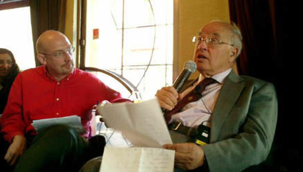 """Abelprisvinner Michael Atiyah (t.h) på Café Rust i Oslo, i samtale med ordstyrer Quentin Cooper, programleder for BBCs radioprogram Material World."""