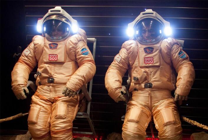 To av besetningsmedlemma i eksperimentet Mars500 testar ut romdrakter før ei simulert spacewalk på Mars. (Foto: ESA)