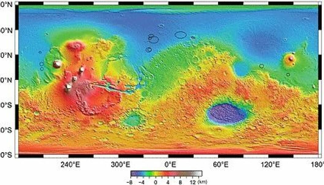 """""""Kartet viser høydeforskjeller på Mars kodet som farger fra rødt høyest til blåfiolett lavest. I sør er kratere og fjell, mens i nord ligger slettelandet . De svarte sirklene viser hvor radaren MARIS på Mars Express har funnet begravede kratere. Bilde: ESA/ASI/NASA/Univ. of Rome/JPL/Smithsonian."""""""