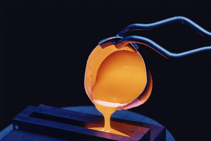 Glass kan bestå av forskjellige materialer og har derfor forskjellige smeltepunkt, men glass som vi kjenner det fra hverdagen, blir væskelignende ved 600-1000 grader. Nå vet vi at en lignende prosess teoretisk sett er mulig tett ved det absolutte nullpunkt (-273 grader). (Foto: Wikimedia Commons)