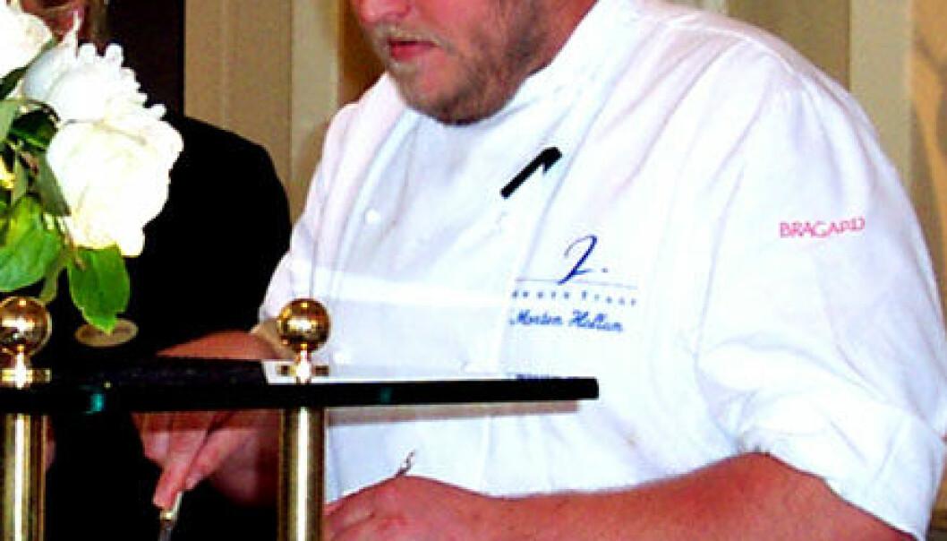 """""""Kjøkkensjef Morten Hallan skjærer stykker av vidunderkaka, så både Abelprisvinnerne og pressen får smake."""""""