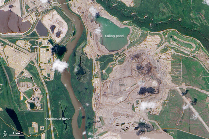 Bildet viser oljesandutvinning i det canadiske Athabasca-feltet. (Foto: NASAs Earth Observatory, mer om bildet her)