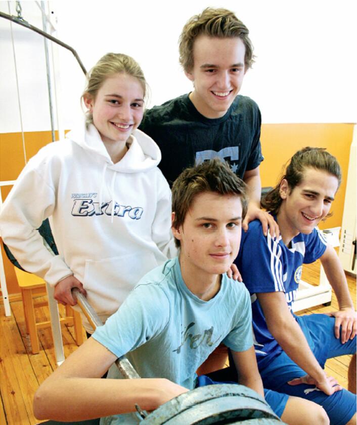 16-åringene Ingeborg Rønneberg, Ask Aune (bak til høyre) Oskar Falkenberg (foran til venstre)og Leo Shaqiri ved Fagerborg videregående skole i Oslo trener en god del, men nøyer seg med vanlig mat. (Foto: Asle Rønning)