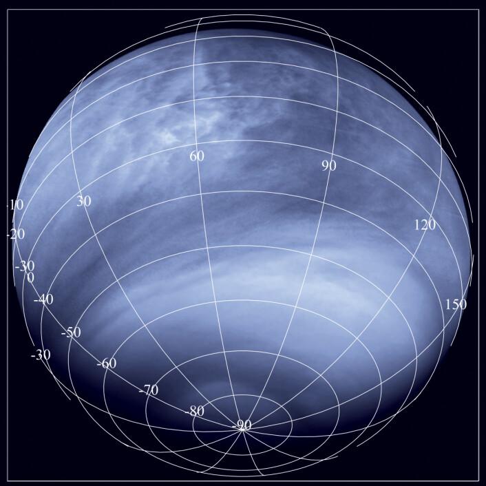 Venus fotografert i ultrafiolett lys fra en avstand av 30 000 kilometer av romsonden Venus Express. De mørke områdene øverst i den tette atmosfæren absorberer ultrafiolett lys, og har relativt høy temperatur, som gir kraftig oppdrift av gasser nedenfra. (Foto: ESA/MPS/DLR/IDA)