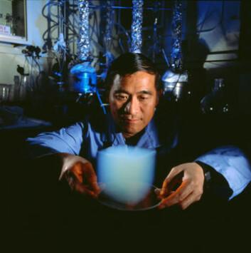 """""""Her ser du en kube med såkalt aerogel, stoffet som fanget opp de små partiklene fra kometen Wild-2. Det består av 99,8 prosent luft og resten hovedsakelig silisiumdioksid."""""""