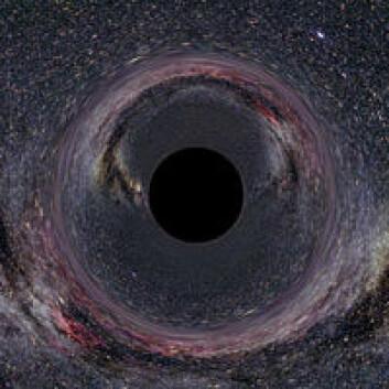 """""""Et sort hull vil ikke kunne sees i seg selv, men oppdages ved at de sterke tyngdekreftene avbøyer lysstråler fra objekter som ligger bak."""""""
