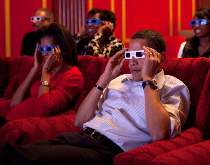 Michelle og Barack Obama ser overføring fra Superbowl i 3D.