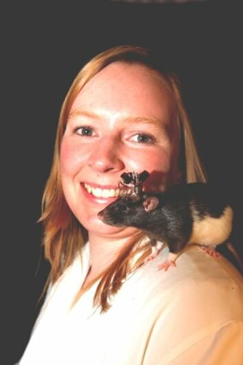 Rosamund Langston med monitorert rotte på skulderen. (Kavliinstituttet/ NTNU)
