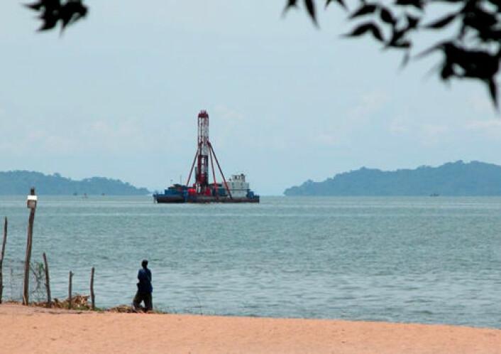 Malawisjøen er en moderne sjø som har bunnsjikt uten oksygen, på samme måte som forsteinede innsjøer som nå er en skattkiste for fossiler. Bildet viser boring av sedimentprøver fra plattform.