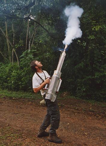 """""""Såkalt fogging (gassing) av trekronene er en av metodene for å samle insekter i IBISCA-prosjektet. (Foto: Jürgen Schmidl)"""""""