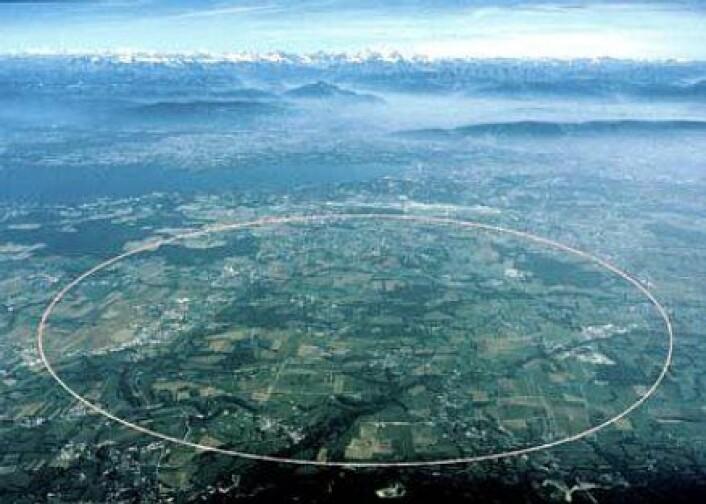 """""""Blir dette åstedet for Higgs' første opptreden? Langs denne linja går den 27km lange partikkelakseleratoren, Large Hadron Collider, omtrent 100 meter under jorda. (Foto: CERN)"""""""