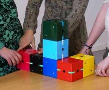 Klossene er bygd opp etter samme modulprinsipp som legoklosser. Læringsprinsippet kan også brukes innen for eksempel matematikk eller grammatikk. (Foto: Mærsk Instituttet på Syddansk Universitet)