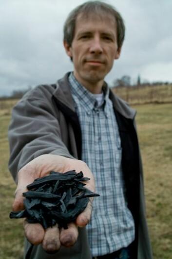 Forsker Daniel Rasse ved Bioforsk Jord og miljø med biokull som er pyrolysert og dermed stabilt og godt egnet for karbonlagring i jord. (Foto: Ragnar Våga Pedersen)