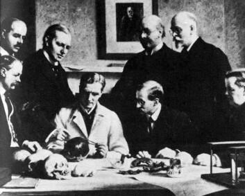 1915: Bak fra venstre:F. O. Barlow, G. Elliot Smith, Charles Dawson, Arthur Smith Woodward. Foran fra venstre: A. S. Underwood, Arthur Keith, W. P. Pycraft, og Sir Ray Lankester. (Illustrasjon: Wikimedia Commons)