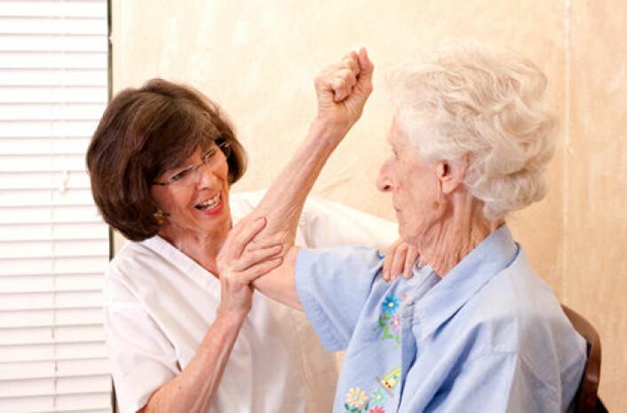 Trening fra fysioterapeut kan forebygge fallskader hos eldre. Slike treningsprogram kan redusere helseutgiftene betydelig, viser studie. (Illustrasjonsfoto: iStockphoto)